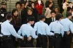 陈冠希在数百警察保护下乘车离开记者会现场。中新社发武仲林 摄