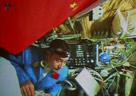 航天员在轨道舱内进食