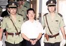安徽阜阳原市长肖作新被押进法庭