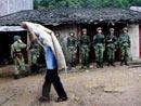 战士们站在村民的屋檐下避雨
