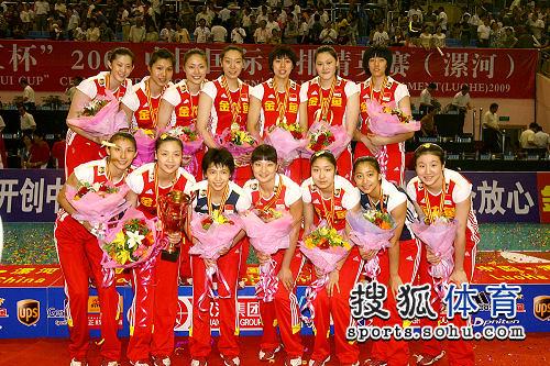 中国姑娘领奖台开心合影
