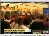 迈克尔杰克逊去世 数百歌迷聚集医院悼念