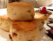 第二层多放有草莓塔,和一种叫做scone的英式松饼