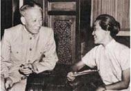 国家主席刘少奇与林巧稚教授亲切交谈