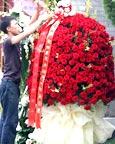 红玫瑰做成的大花球