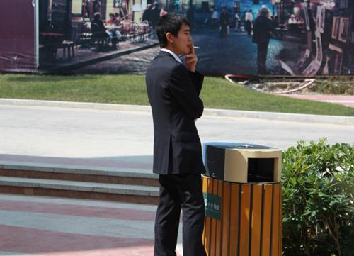 李世石激战中忙里偷闲 垃圾桶前过烟瘾