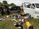 警察站在遇害尸体旁
