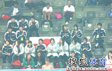 日本队员整齐地拍手
