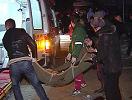 伤者抬上救护车