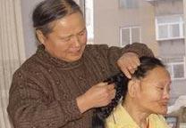 王素贤:照顾残疾妹妹半个世纪
