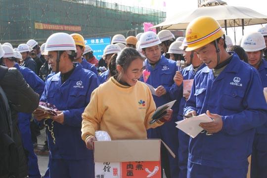 学生将礼物送给建筑工人