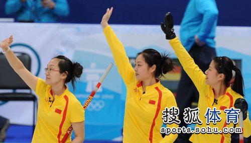 中国姑娘集体挥手