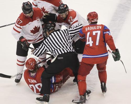 加拿大胜俄罗斯双方球员起冲突