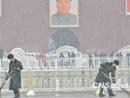 武警士兵在广场清扫积雪