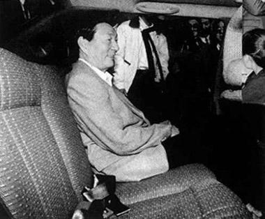 朱�F基总理乘坐桑塔纳2000轿车