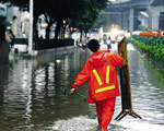 在灾难面前,人民利益第一是责任政府的体现