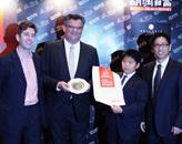 胡润、中路集团董事长陈荣(右二)为澳门美高梅金殿颁奖