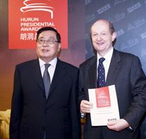 胡润与上海市公关关系协会会长、原上海市统战部部长毛经权为香港四季酒店颁奖