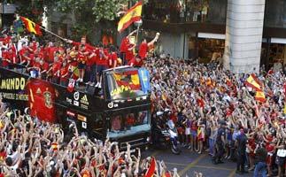 西班牙夺冠游行万人空巷 卡西高举奖杯