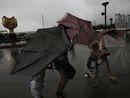 香港紫荆花广场,市民撑伞艰难前行