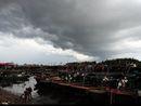 渔民正在加固渔船防风