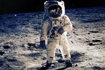 人类登月时穿的宇航服