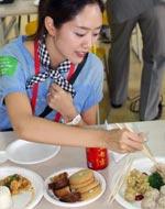 日本记者试吃美食