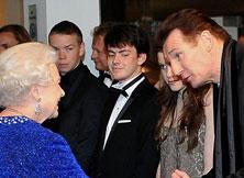 连恩-尼森问候英女王
