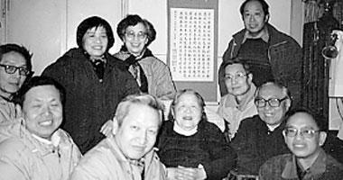王明贞与学生们在一起