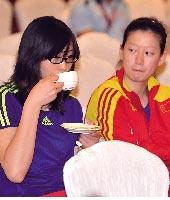 惠若琪品茶很有范儿