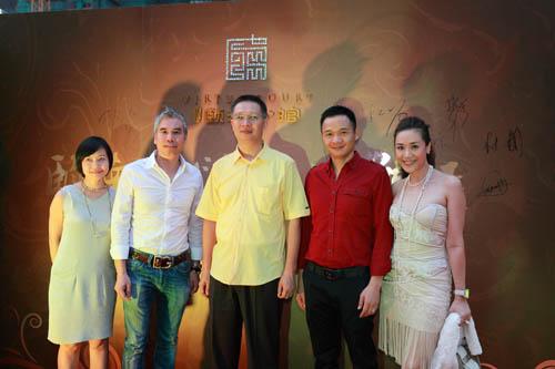 广州珠江实业开发股份有限公司董事、总经理朱劲松先生,与营销部潘红缨小姐亲迎城中各界名仕菁英。
