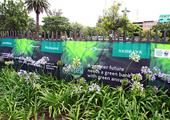在德班气候大会主会场外的街道张贴公益广告
