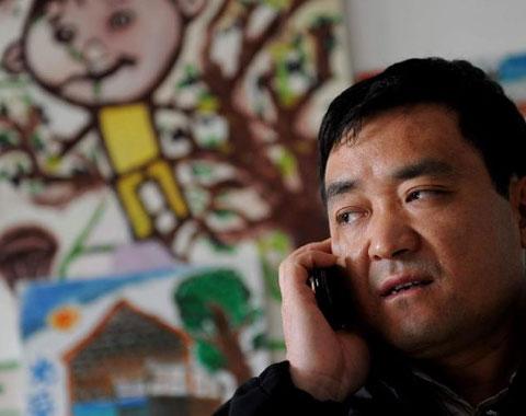 2004年,他创立了这个由中国少年儿童文化艺术基金会主管的北京光爱学校,对全国各地的流浪儿、残疾儿实行完全免费寄宿制教育。