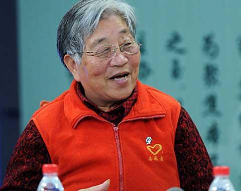 """这位老人名叫刘玉珍,今年75岁。她把自己称为""""天安门的捡烟头大王"""",也有人称她为""""广场义务美容师""""。"""