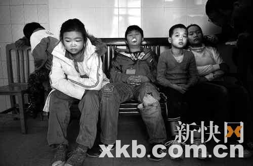 小学生在医院走廊等待伤情检查。