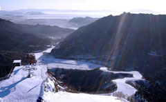 与长城遥遥相对 北京怀北国际滑雪场