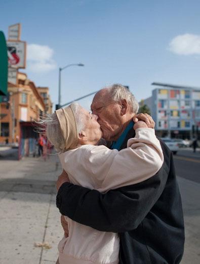 一对老年夫妻,性兴趣和性能力确实能维持到七十,八十,乃至九十岁.