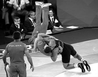 """在奥运会男子古典式摔跤84公斤级铜牌争夺战中,波兰选手雅尼科夫斯基以3比0战胜法国选手努蒙维,获得铜牌。赛后兴奋的雅尼科夫斯基把教练摔翻在地,以这种""""专业""""方式向教练致敬。"""