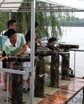 孩子们玩水枪