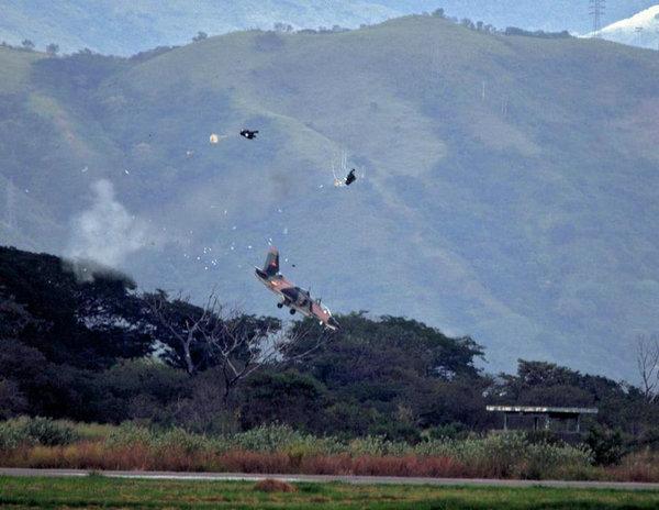 资料图:委内瑞拉K-8教练机坠毁瞬间。