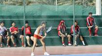 国足围观性感美女打网球加油叫好