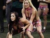 橄榄球美女深蹲露酥胸