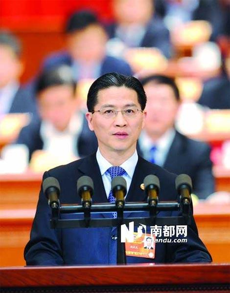 昨日,周汉民委员作大会发言时痛批乱收费,引起现场委员们强烈共鸣。 新华社发