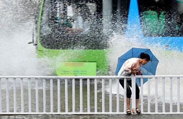 雨天行车考验司机公德心 莫溅他人一身水