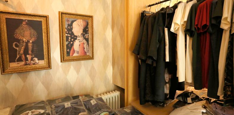 拼色的木纹墙纸,复古风格的壁画将整个工作室的复古文化气息衬托的