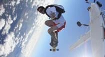 运动家高空滑翔 脚踏云层如悟空