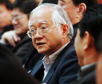 2007年6月30日,在2007首届银行家高峰论坛上,吴敬琏教授发表演讲。来源:新华网