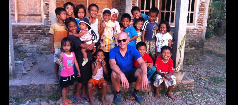 在印度尼西亚的小村庄里,江森海与孩子们在一起,他愿意为孩子们做慈善。