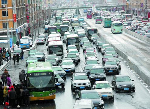 大连昨日雪量不大 为何市区交通一度几近瘫痪?