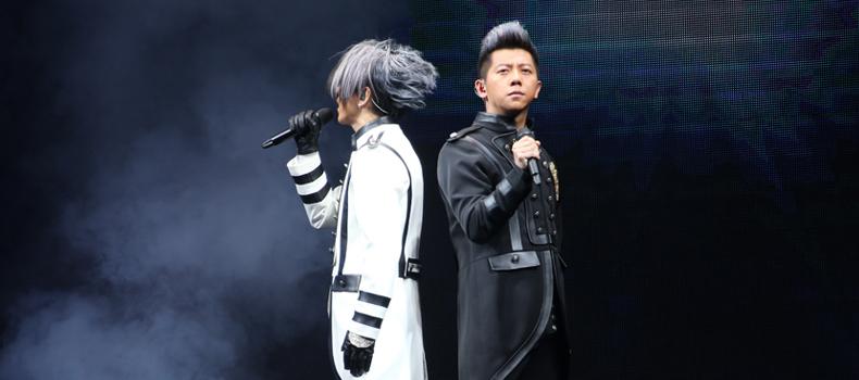 羽泉在深圳的演唱会上以黑白搭配精彩亮相。